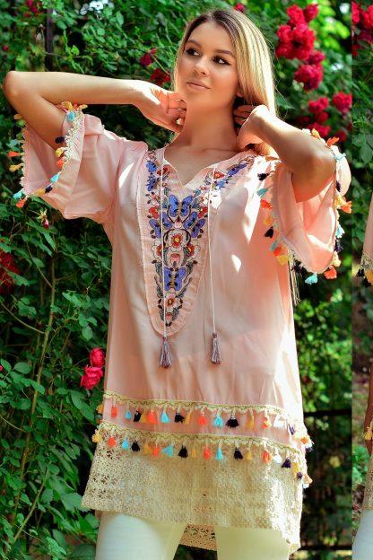 Bluza vaporoasa cu model brodat si ciucuri - roz