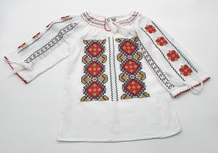 Ie traditionala fetite Ambrozia